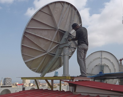 Roof mounted VSAT antenna